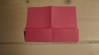Her folder du 1/4 af papiret op mod midten.
