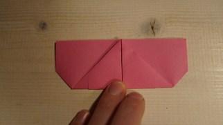 Vend papiret og buk spidsen op mod midten af toppen.