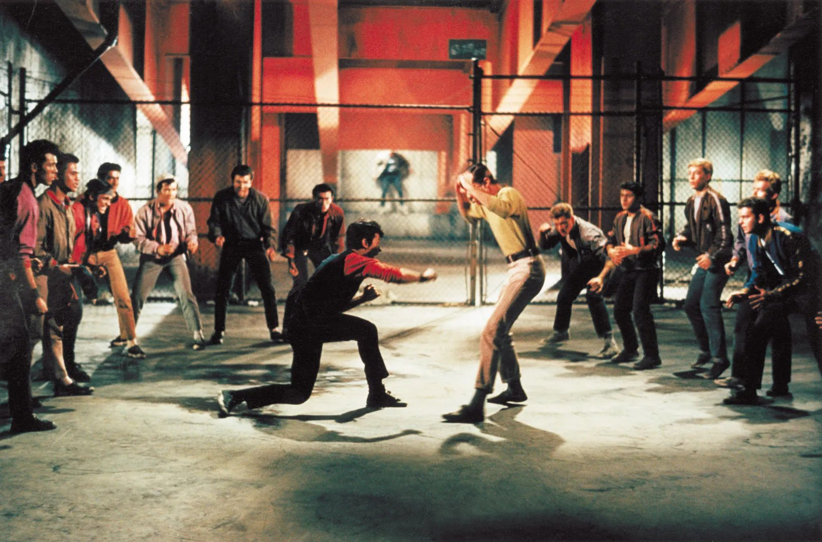 West Side Story   Plot,但為了適應音樂劇與電影之間的差異,莎士比亞的「羅密歐與茱麗葉」被搬到現代的紐約街頭, & Facts   Britannica