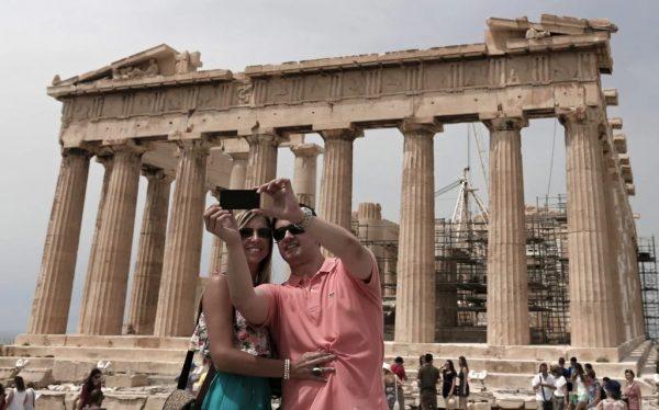 Foto: Toeristen maken een selfie in Griekenland. Bron: EPA