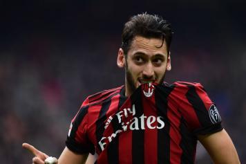 Calhanoglu esulta bacio maglia Milan