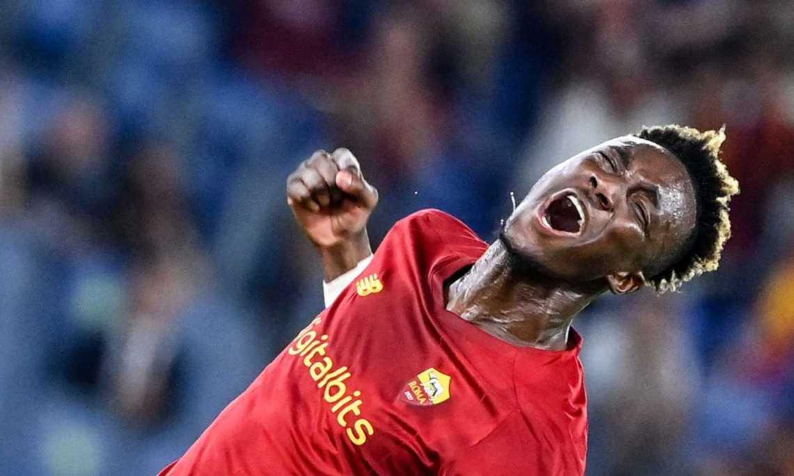 Abraham, debutto da fenomeno: è il nuovo idolo di Roma. La Fiorentina gioca  bene anche in dieci, Vlahovic no. E Mou gode | Primapagina |  Calciomercato.com