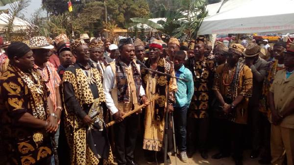 Régionales 2020: les chefs traditionnels sortent des palais pour la campagne électorale