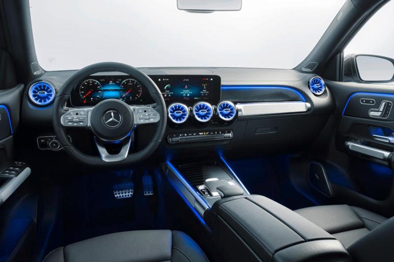 Ze zijn allemaal gemakkelijk te gebruiken dankzij een stuurwiel met twee touchpads, één voor elk scherm, en de nieuwste versie van het op de middenconsole van Mercedes's selector gemonteerde touchpad. Veel standaardkenmerken maken GLB, zoals actief remmen, zijwindondersteuning, een achteruitkijkcamera, USB-C-poort, en meer.