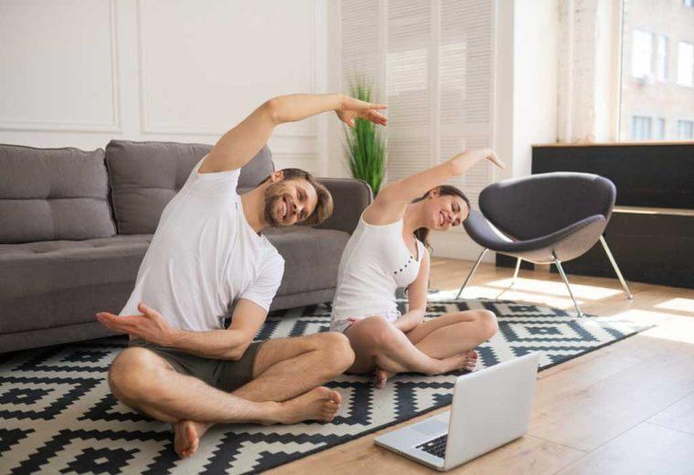 زوجان يمارسان اليوجا في المنزل