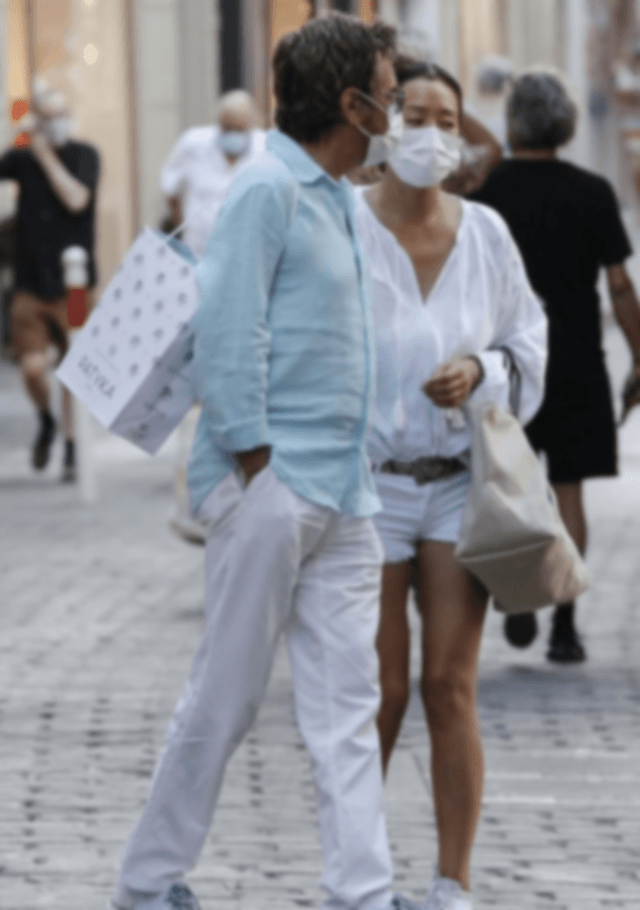 Australia-Gong Li and her foreign husband dressed like a pair of young, white shirts and shorts, legs are tight and beautiful (Photos) | Australia Chinatown