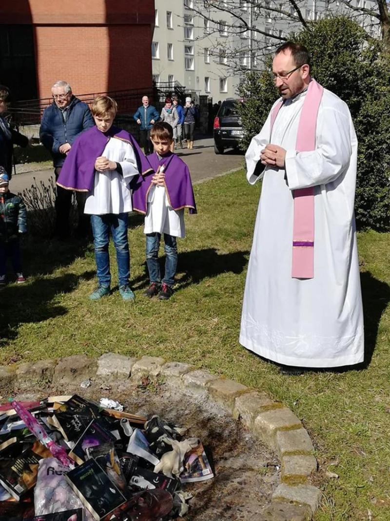 En Polonia sacerdotes catlicos quemaron libros de Harry