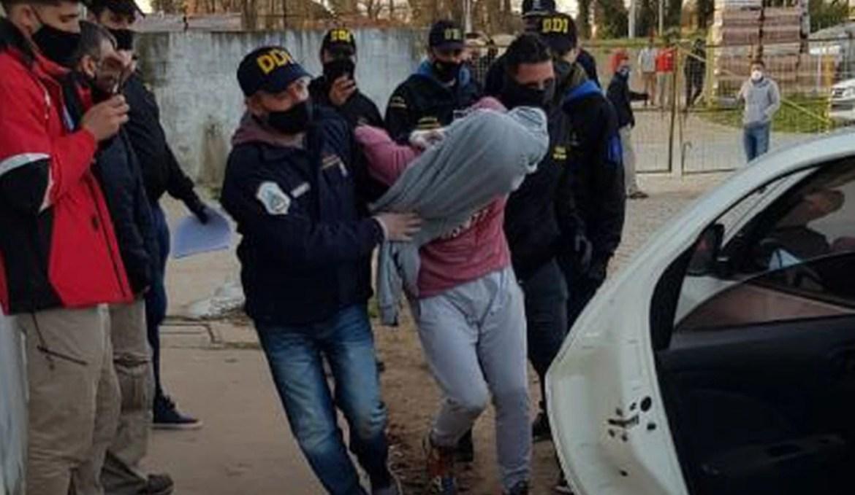 El traslado de uno de los detenidos por el crimen (Imagen Twitter @igonzalezprieto)