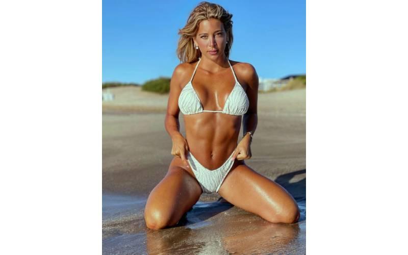 Arrodillada en la arena, Sol Pérez estiró su bikini y casi muestra de más