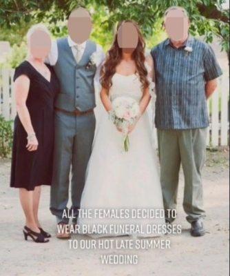 La familia del novio decidió vestirse de negro el día de la boda.