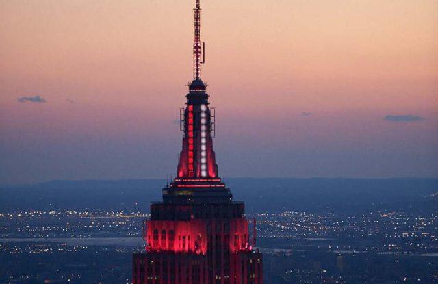 Coronavirus: el Empire State se iluminó de rojo y blanco para homenajear a los trabajadores de la salud