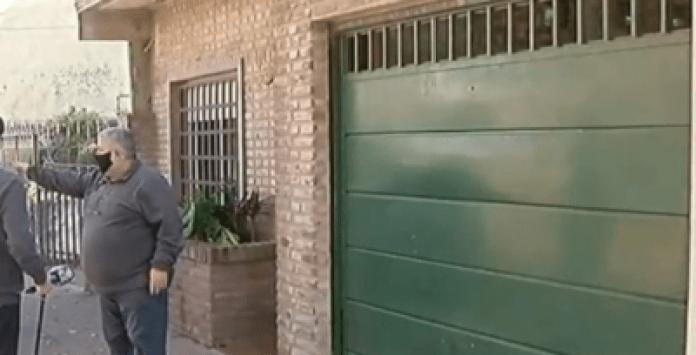 Tras balearles la casa, les dejaron una carta amenazante en la puerta