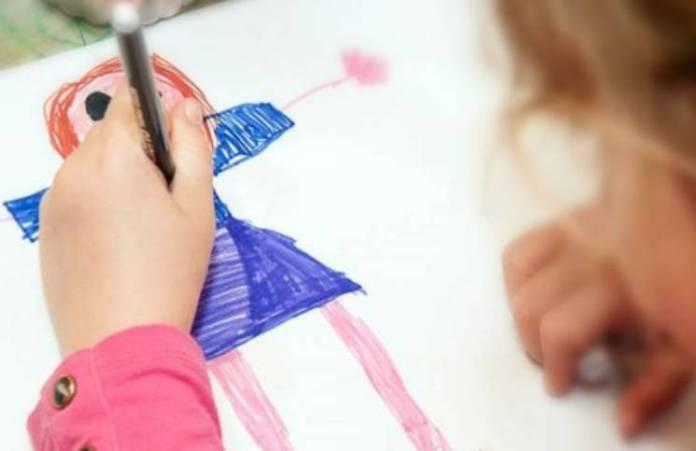 Dibujó el trabajo de su mamá, la maestra pensó que era una stripper y se volvió viral