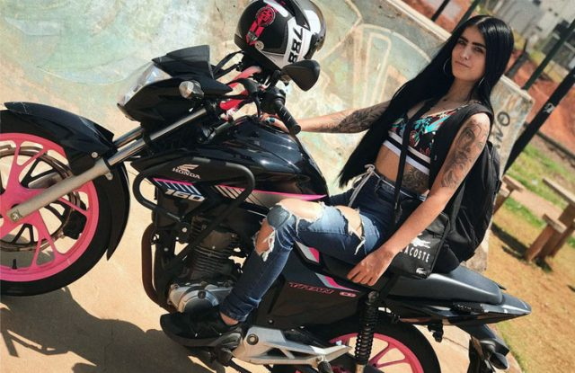 Murió una youtuber que escapaba de la policía en moto a 200 km/h