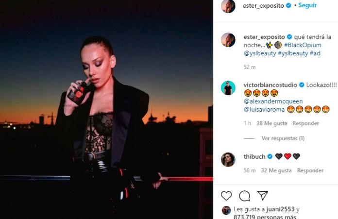 Apoyada en una baranda Ester Expósito mostró (sin querer queriendo) su top de encaje negro
