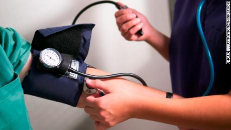 Fast die Hälfte der Amerikaner hat jetzt aufgrund neuer Richtlinien einen hohen Blutdruck