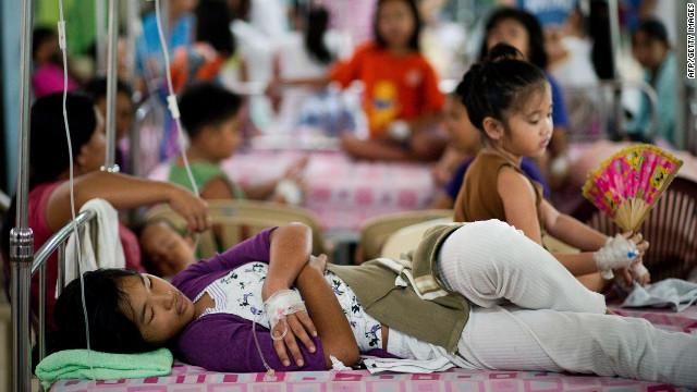 Los filipinos infectados con dengue descansan en las camas del hospital Quirino en Manila.
