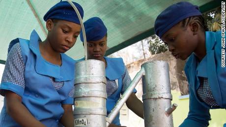 เด็กผู้หญิงกำลังเรียนรู้วิทยาศาสตร์เพื่อต่อต้าน Boko Haram