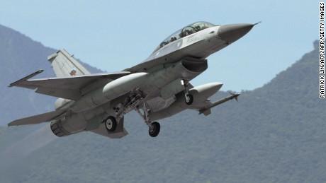 เครื่องบินเจ็ท F-16 บินขึ้นจากฐานทัพอากาศฮัวเหลียนตะวันออกของไต้หวันในปี 2547