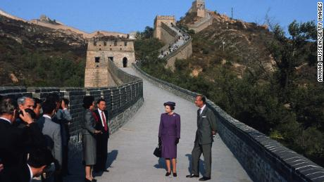 Queen Elizabeth ll and Prince Philip visit the Great Wall of China in 1986.