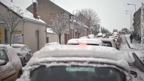 Snow snarls traffic across the French capital.