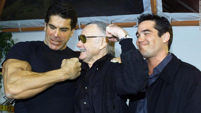 In 2000, Lee compares muscles with Lou Ferrigno, who once played the Incredible Hulk on television.
