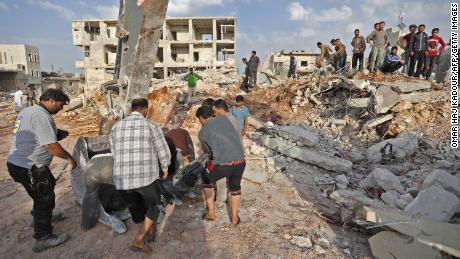 Dutzende wurden bei Luftangriffen auf das syrische Dorf getötet