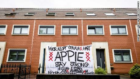 """""""Qui batte un Ajax cuore,"""" legge un banner nel giardino antistante la Nouri casa nel 2017."""