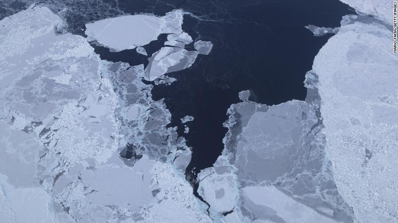 Il ghiaccio marino è visto dagli aerei da ricerca IceBridge della NASA al largo della costa nord-occidentale della Groenlandia.  Gli scienziati dicono che l'Artico è stata una delle regioni più colpite dai cambiamenti climatici.