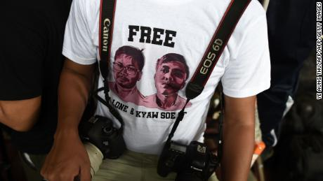 A journalist, wearing a T-shirt urging authorities to free detained Myanmar journalists Wa Lone and Kyaw Soe Oo, waits at a court in Yangon on August 27, 2018.