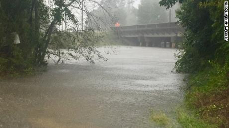 La rivière Lumber était plus haute de plusieurs mètres samedi après-midi que lorsqu'un équipage de CNN l'a observé pour la première fois le matin même.