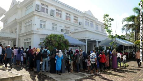 Maldivian voters living in Sri Lanka line up to cast their votes at the Maldivian High Commission in Colombo on September 23, 2018.