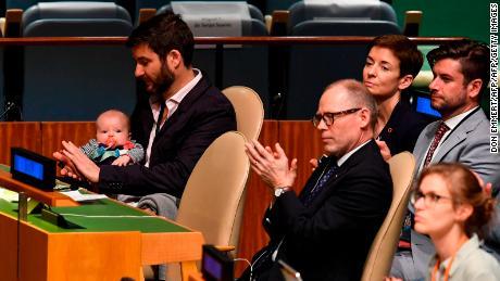 Clarke Gayford (C) klatscht, während er seine Tochter Neve hält, während seine Frau Jacinda Ardern, Premierministerin von Neuseeland, während des Nelson Mandela Peace Summit in der UN-Versammlungshalle in New York spricht.