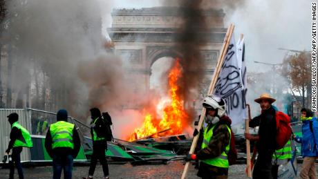 Who are the 'yellow vest' protesters causing chaos in France?