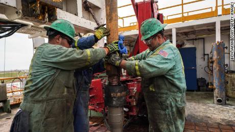 Die Schieferrevolution hat im Perm-Becken von West-Texas zu einem Beschäftigungsboom geführt. Einige Arbeitsplätze könnten gefährdet sein, wenn die Ölpreise günstig bleiben.