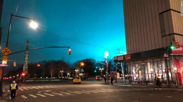 Il cielo di New York si è illuminato in una inquietante sfumatura di giovedì sera blu, visto da Columbus Circle a Manhattan.