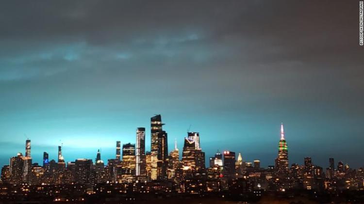 Il bagliore blu si diffonde attraverso la città di molti grattacieli.
