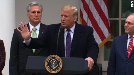 Trump sagt, er erwäge die Verwendung von Notkraft, um eine Mauer zu bauen