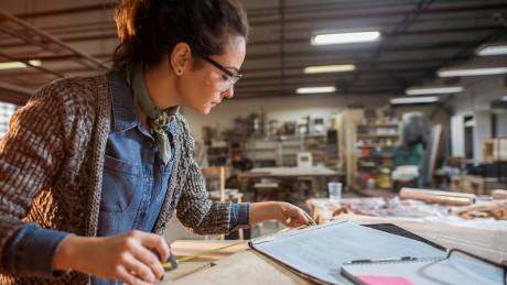 Las mujeres podrían impulsar la economía mundial, pero las leyes obsoletas las están frenando
