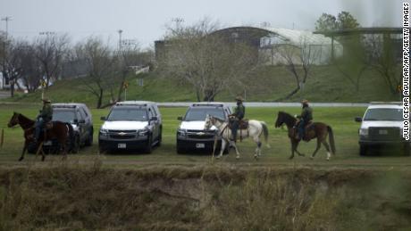 Mitglieder der US Border Patrol bewachen am 9. Februar den Rio Grande in Eagle Pass, Texas.