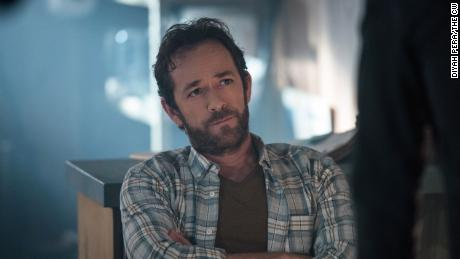 Riverdale rend hommage à Luke Perry dans un épisode émotionnel - CNN