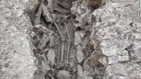 A skeleton with the skull found at feet.
