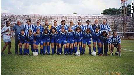 Sissi (squatting, third from right to left) in the Saad Esporte Clube team in 1998. This picture is from the Brazilian Football Museum archives.