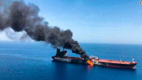 Un petrolero se está incendiando en el mar de Omán, el jueves 13 de junio de 2019.