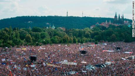 L 'grande protesta dopo la caduta del Comunismo' di Praga, chiamato per le dimissioni del 'ceca Trump'