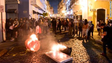 Demonstranten protestieren am Montag in der Nähe der Villa des Gouverneurs in San Juan.