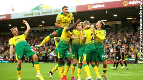 Teemu Pukki, Norwich City festeggia con i compagni di squadra dopo aver segnato il suo team'terzo obiettivo durante la Premier League, la partita tra Norwich City e Manchester City al Carrow Road 14 settembre 2019.