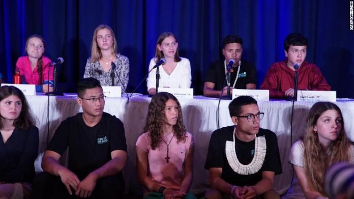 La activista climática juvenil Greta Thunberg y varios otros niños anuncian la denuncia de derechos humanos presentada en cinco países & # 39;  manejo de la crisis climática.