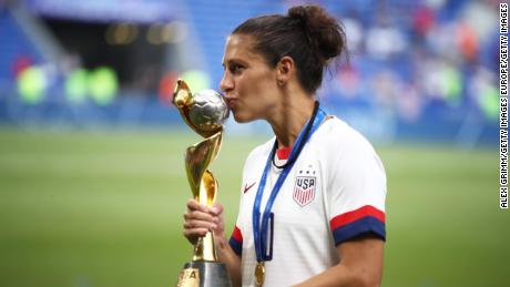 Lloyd baci le Donne della FIFA's World Cup Trophy.