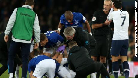 Partita arbitro Martin Atkinson console di Son Heung-Min come l'Everton, i giocatori e lo staff medico cluster intorno colpite Andre Gomes.